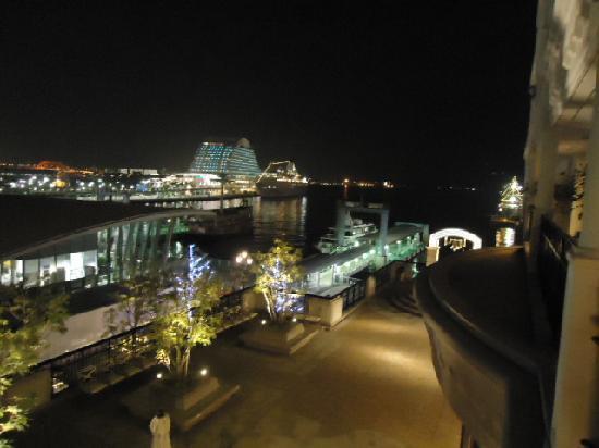 Hotel La Suite Kobe Harborland: ベランダから港の夜景が見えます。