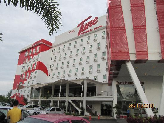 Tune Hotel Danga Bay : Outstanding building from far far of the road
