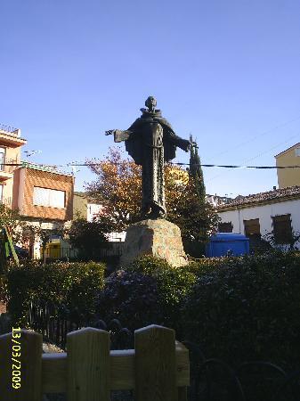 Hostería El Bodegón de Gredos: Estatua de San Pedro