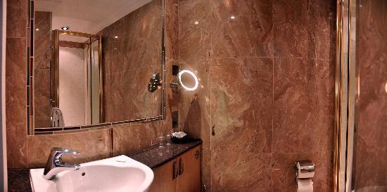 Clarence Hotel: Bathroom