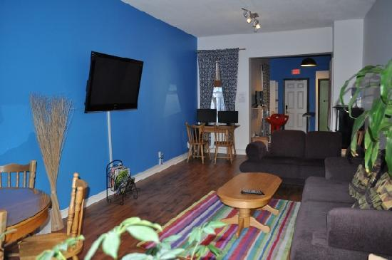 Barefoot Hostel (Ottawa) living room