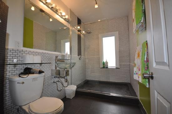 Barefoot Hostel (Ottawa) Deluxe shower - bathroom