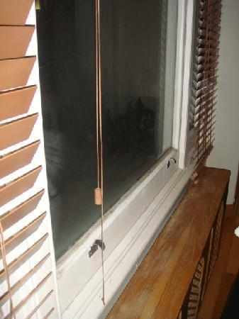 Hyde Park Suites Serviced Apartments: ventana sucia