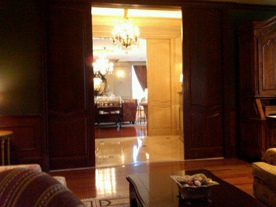 The Ritz-Carlton, New Orleans: Ritz, looking out to hallway and main club lounge