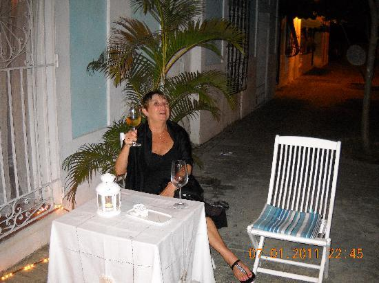 Hotel Portes 9: My wife enjoy the outside cafe