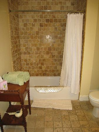 Le Petit Chateau Inn: Rhone Room bath