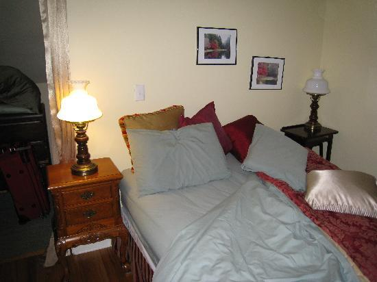Le Petit Chateau Inn: Rhone Room Bed