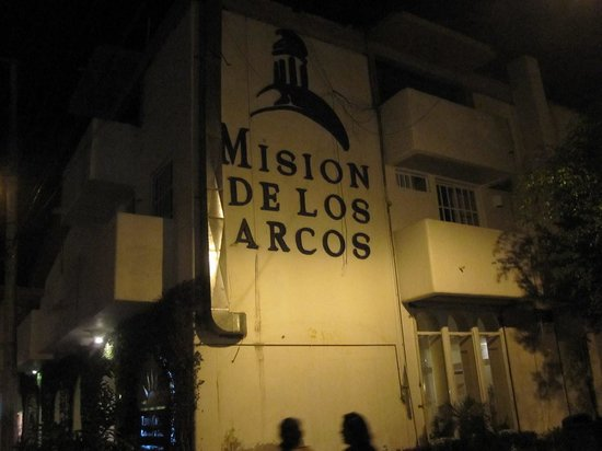 Mision de los Arcos: Night shot of the side of the hotel