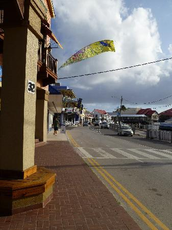 George Town, Gran Caimán: Not exactly a close-up, but you can see the museum at the end of the road, in the center of the