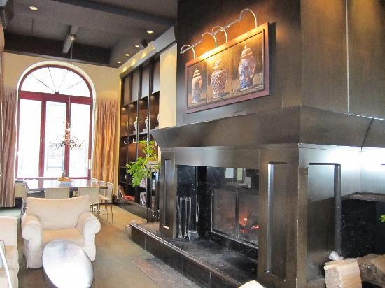 Hotel Le Germain Quebec: Lobby fireplace
