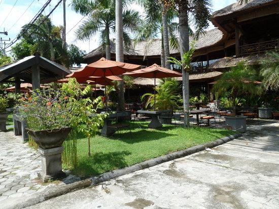 Taman Restaurant: outdoor and indoor dining behind it