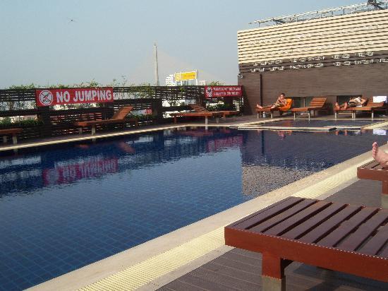 Dang Derm Hotel: Rooftop pool
