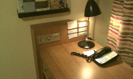 Break Sokos Hotel Flamingo: Desk (+for the different electrical outlets)