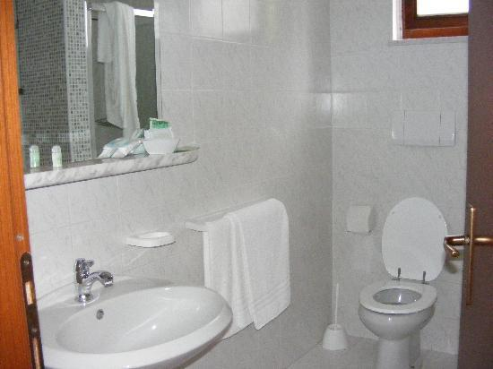 Monti Hotel: bathroom