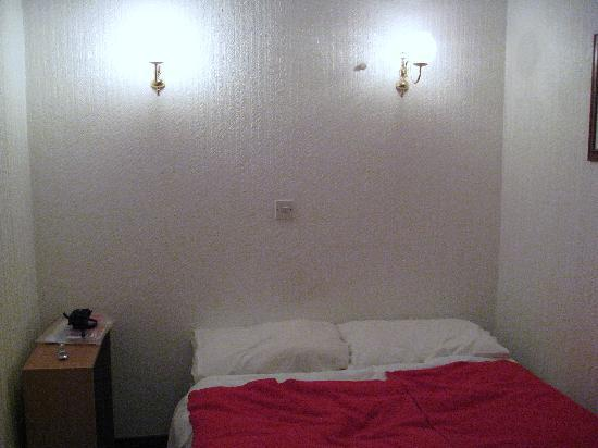William IV Hotel: Room 7 .. .. our bed.