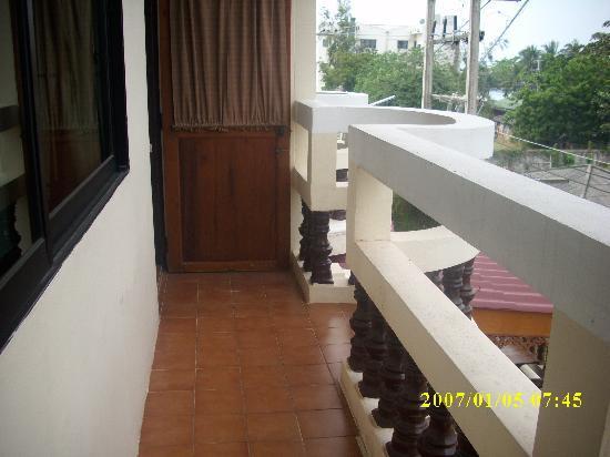 Chang Charlie Inn: Balcony