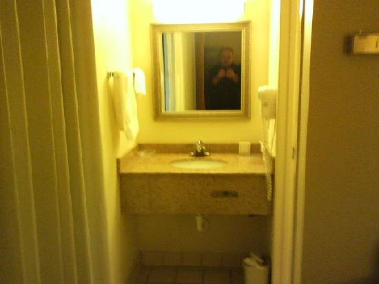 Clarion Inn & Suites At International Drive: Cramped Sink Area