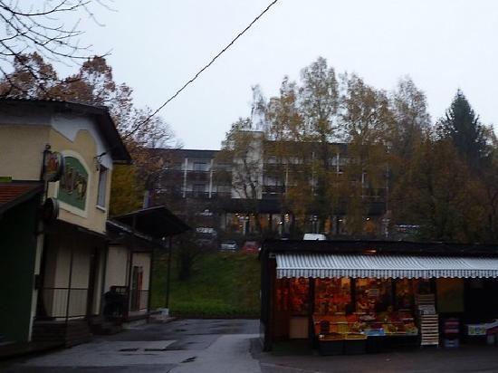 Hotel Astoria Bled: 早朝散歩、上に見える建物が ホテル・アストリア