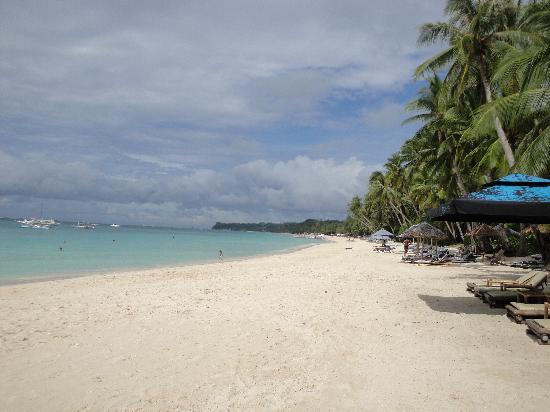 3-5-7 Boracay Resort: The beach is simply beautiful
