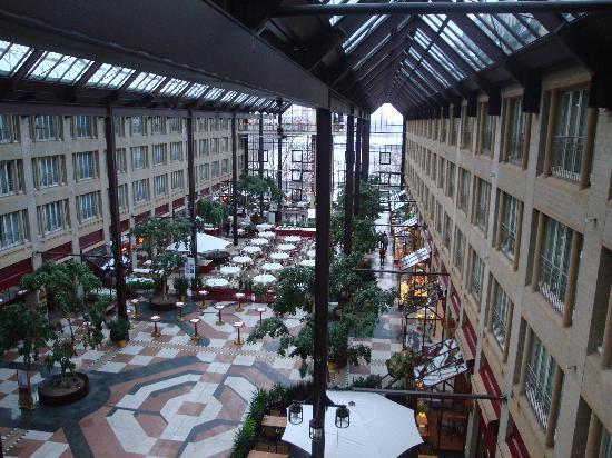 Maritim Hotel Koeln : Interior overlooking Restaurant