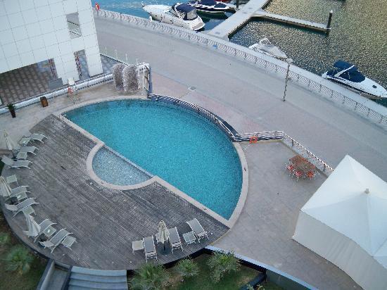 Lotus Hotel Apartments & Spa, Dubai Marina: Piscina vista dalla camera al quinto piano