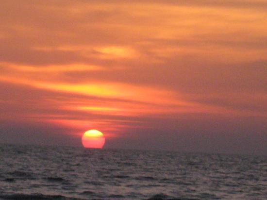 Heritage Village Club Goa : Sunset on the beach