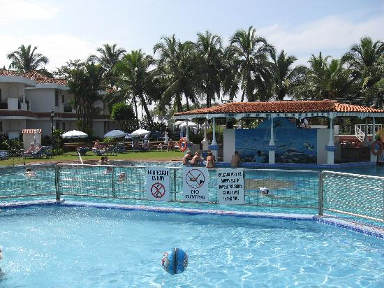 Heritage Village Club Goa : Pool and outdoor bar area