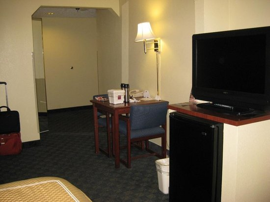Comfort Suites: Sitting Area + fridge & TV