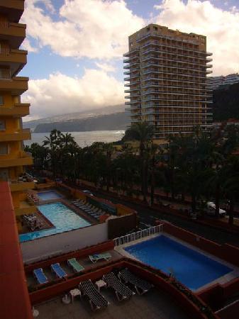 Apartamentos Alta : Balcony view of pool & sea