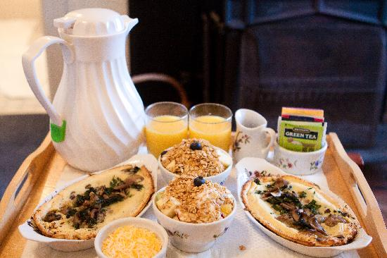 Dennen's Victorian Farmhouse: Breakfast with fresh ingredients