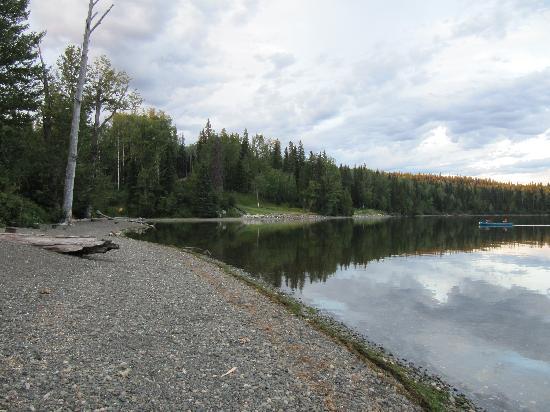 Bowron Lake Lodge and Resorts: Beach