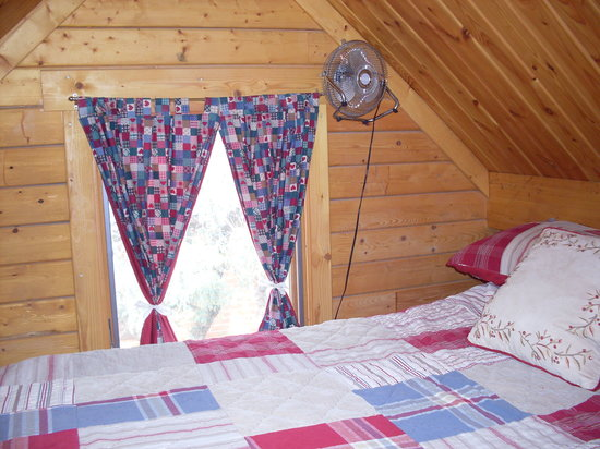 Katie's Cozy Cabins: romantic sleeping under the roof