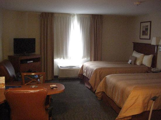 Candlewood Suites Knoxville Airport-Alcoa: Beds and TV-set