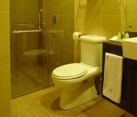 Riverside Boutique Guesthouse: Rainshower bathrooms
