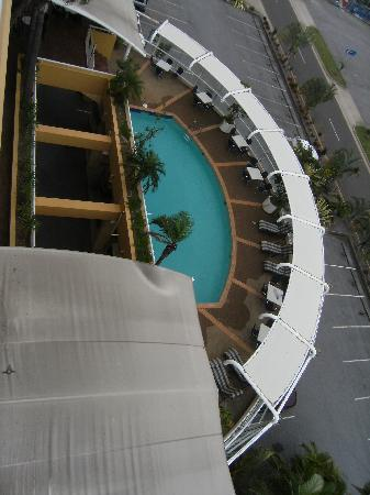 Rydges Gladstone Hotel: The pool below our balcony