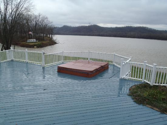 RiverView B&B Inn: Large hot tub on the deck overlooking the Ohio River