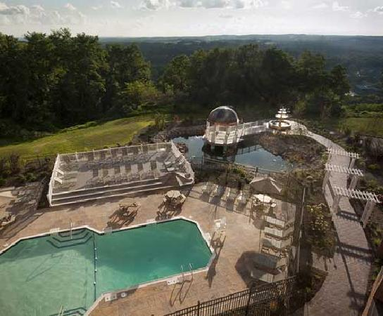 Woodcliff Hotel and Spa: The Pool overlooks all of Rochester