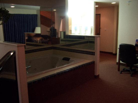 Baymont Inn & Suites Dowagiac: 2-Person Jacuzzi Tub.