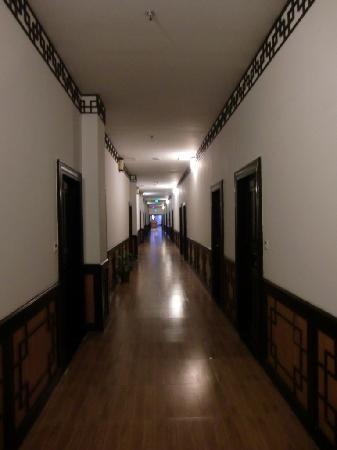 Guilin Sunshine Dynasty Hotel: Hallway to rooms.. a bit creepy..