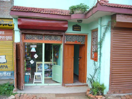 Sanu's House Homestay: gate