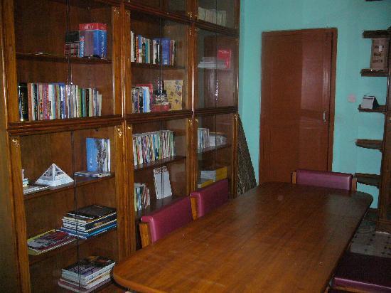 Sanu's House Homestay: library
