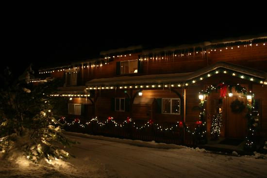 All Seasons River Inn: The inn at night. With icicles!