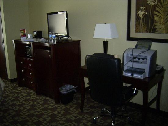 Comfort Suites Near Northeast Mall: TV and Desk