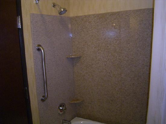 كومفرت سويتس نير نورثيست مول: Shower