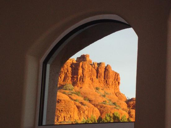 Canyon Villa Bed and Breakfast Inn of Sedona: View of Courthouse Rock out of an archway