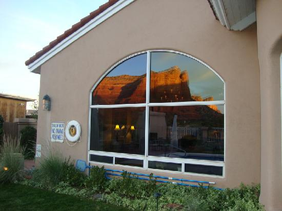Canyon Villa Bed and Breakfast Inn of Sedona: Refelection of Courthouse Rock in window of B&B