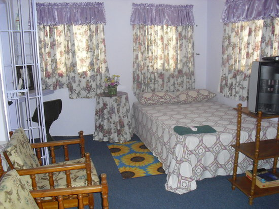 The Little Inn: Room comes with AC/TV cable/Internet/bath/kitchenette