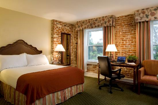 Holiday Inn Express Santa Barbara: Guestroom with Brick Wall
