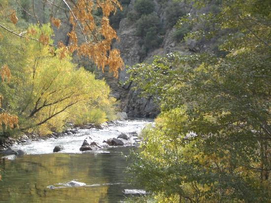 Falling Waters River Resort: Kern River in the Fall