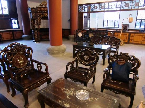 Guilin Sunshine Dynasty Hotel: Chinese furniture in the lobby